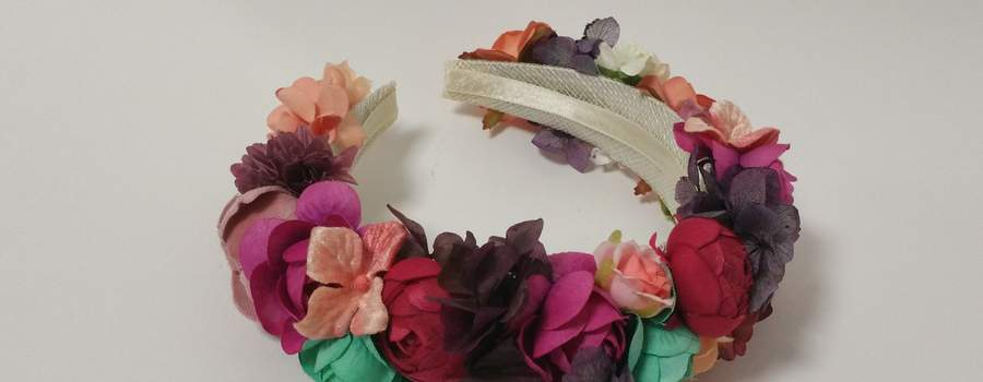 Corona de flores multicolor de hortensias preservadas y de tela