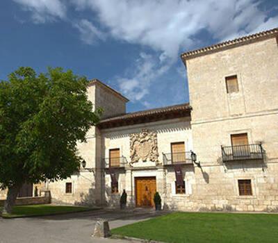Fachada principal del Palacio presidida por el escudo tallado en piedra de los Fernandez Zorrilla.