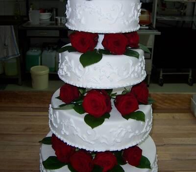 Beispiel: Hochzeitstorte mit Tauben - vierstöckig, Foto: criollo chocolaterie confiserie.