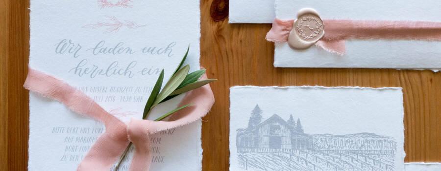 Florales Hochzeitslogodesign für Einladungen und Hochzeitshomepage, Waxsiegel, Einladungen, Seidenband, handkalligraphierte Umschläge, Illustration der Location, Illustration der Umgebungskarte