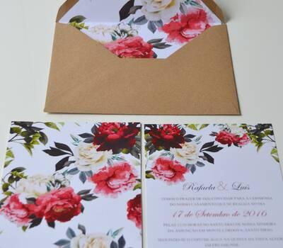 Convite frente e verso com um envelope forrado
