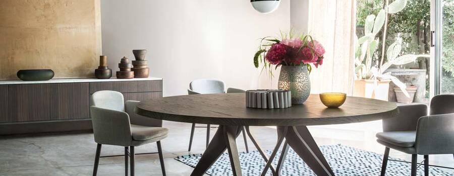 Tavolo Wow – Lema. Il tavolo Wow di Lema è l'esempio migliore dell'uso del legno per un oggetto importante. Ha un design essenziale e moderno, caratterizzato da linee morbide. Il piano è sorretto da una vera e propria scultura, un nastro continuo realizzato sempre in legno, dalla forma curva e sinuosa. Un tavolo tondo che, grazie al calore dei suoi materiali, diventa cuore della sala da pranzo, luogo ideale per vivere momenti di condivisione.