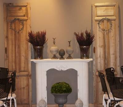 Chimeneas, puertas antiguas para decorar salones y jardines.