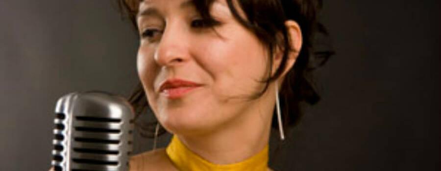 Beispiel: Band - Sängerin, Foto: FourandMore.