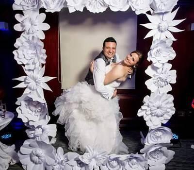 Marco gigante decorado con flores de papel para fotos divertidas