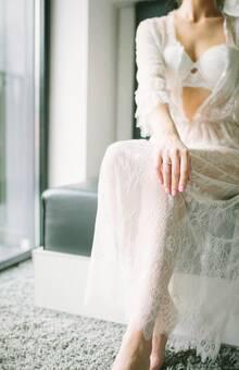 Будуарное платье Одри идеально подходит для прекрасного окончания дня или его начала. Этот изысканный наряд выбирают для себя взыскательные невесты и просто любительницы роскошной красоты. Легкие тончайшие и полупрозрачные кружева лишь слегка скрывают очертания тела, оставляя место для фантазии и воображения. Треугольный вырез подчеркивает линию груди, и визуально придает ей больше объема.   Одна из главных особенностей этой модели - оригинальные рукава в три четверти, которые перехвачены чуть ниже локтя тонкой резинкой. Благодаря слегка завышенной талии, это будуарное платье сделает вас зрительно стройнее или еще больше выделит стройность вашей фигуры.