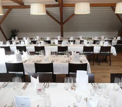 Bürgersaal mit Tischreihen