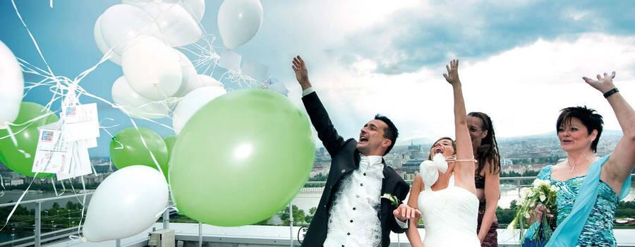 Beispiel: Hochzeitspaar auf der Terrasse, Foto: Eventwolken.