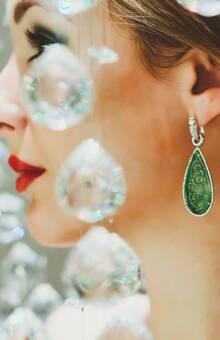 Jades tallados y diamantes