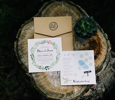 Einladung für eine Midsummer-Boho-Hochzeit Einladungskarte, individuelle Anfahrtsskizze, bestempelter Umschlag in Holzoptik
