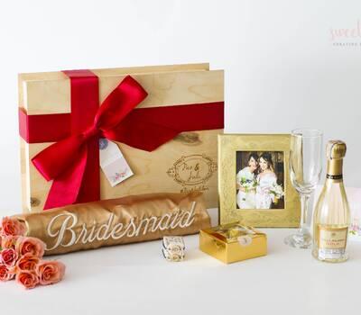 Kit No 1. El kit perfecto para mis damas de honor. Este Kit Costa de: Una de nuestras exclusivas batas disponibles en el color que tú quieras, viene con un cinturón en el mismo color de la bata, lleva un bordado en la espalda con la palabra bridesmaid en el color que tú elijas (tallas S a la L).  Una botella pequeña de vino espumoso blanco o tinto (marca italiana).  Una copa de champagne marcada con el nombre de los novios. Una caja de chocolates Ferrero Rocher.  Un portarretratos con la foto que nos suministres, en este caso, de la novia y de la dama de honor. (14 cm x 16 cm)  Dos pulseras, una para la novia y otra para la dama de honor con el significado de unión.  Una postal con algún mensaje que la novia le quiera dar a su dama de honor.  * Todo estará delicadamente empacado en nuestras cajas de regalo marcadas con el nombre de los novios y la fecha del evento.