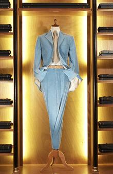 Beispiel: Anzug in Hellblau, Foto: Tripleaaa.