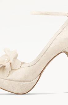 Victoria y su flor son impactante zapatos de novia.