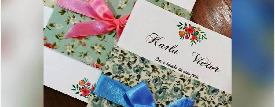 Convite impresso em papel com textura e acabamento com faixa de tecido.