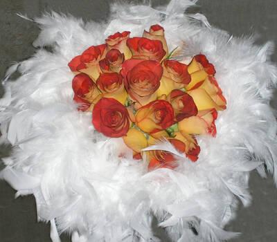 Ramo de novia con rosas y plumas