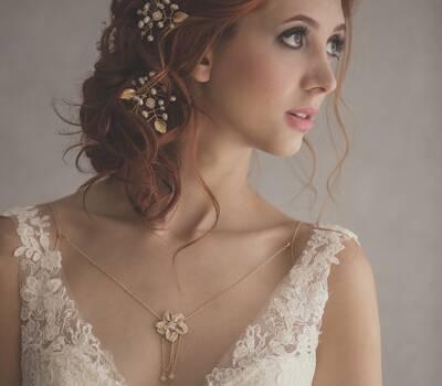 Horquillas en forma de rama con hojas metálicas, y ramificaciones en perlas y cristales.
