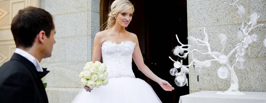 Arbol blanco con cristales y plumas cómo arbol de deseo o siting hasta 8 mesas.  http://lafloreria.net