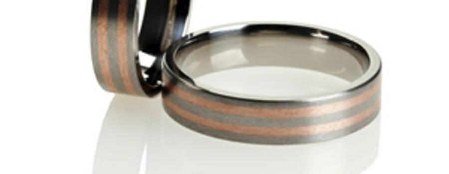 Beispiel: Titanringe mit Rotgold, Foto: Titanringschmiede.