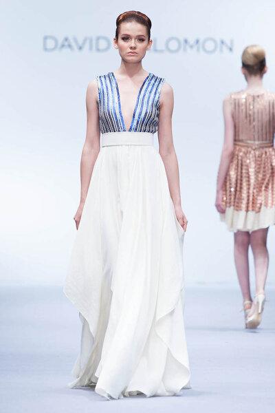 Vestido con tintes nupciales, falda blanca con fluidez y corpiño con escote uve en tonos azul metalizado - Foto David Salomón en MBFWMX