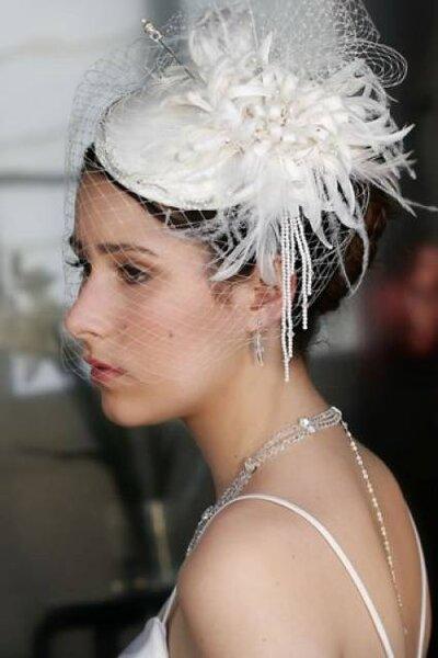 Sombrero floral con plumas y red para una novia elegante y vintage
