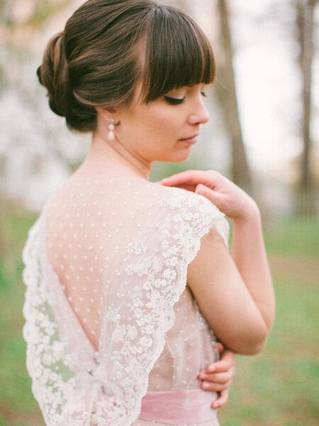 Elegante peinado de novia con flequillo.