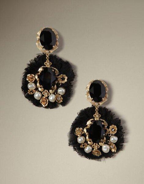 Aretes con inspiración barroca para novia hechos con pedrería en color negros y neutros y telas en tonos fríos