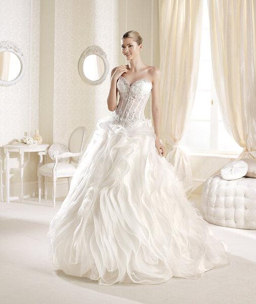 Vestido de novia 2014 de La Sposa con escote strapless y aplicaciones de pedrería