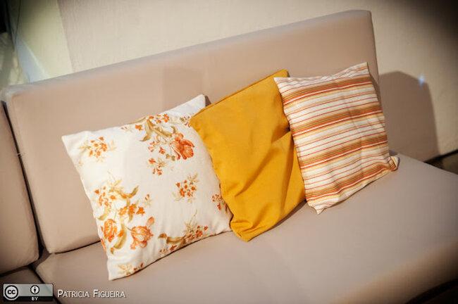 Almofadas laranjas fazem parte da decoração. Foto: Patricia Figueira
