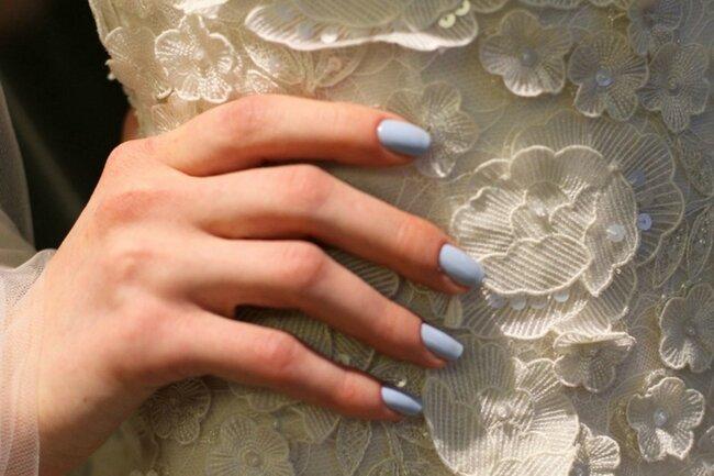 Manicura en azul cielo, ideal para el anillo de compromiso o para convertirse en el 'algo azul' de la novia. Foto: Rachel Scroggins para Oscar de la Renta
