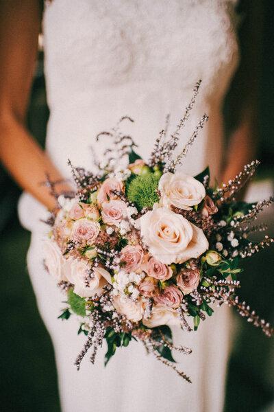 Bouquet von Wildblumen als Brautstrauss. Foto: Pelayo Lacazette