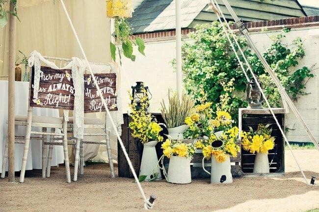 Grüne und gelbe Blumen für die Hochzeitsdeko. Foto: Dottie ...