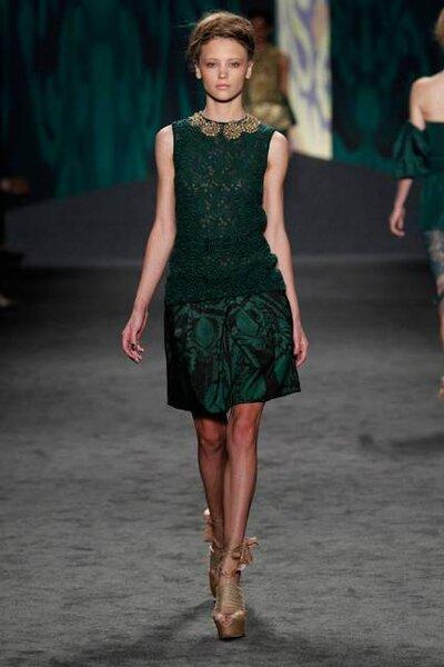 Vestido verde com detalhes durados para convidadas, de Vera Wang. Foto: Dan Lecca / Mercedes-Benz Fashion Week