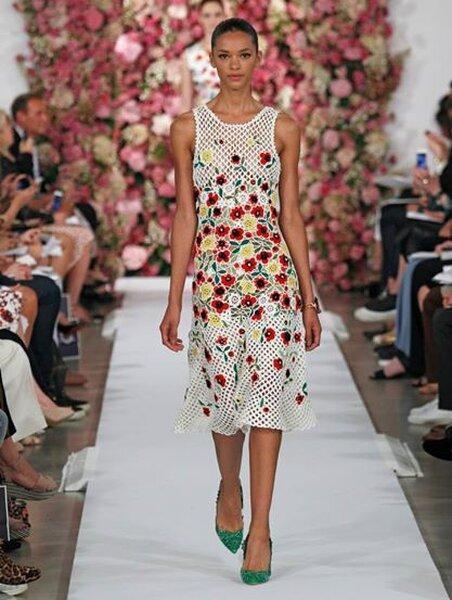 Femminile e anni '50, l'abito-longuette con scollo tondo, vivacizzato dalle stampe floreali ed ipersature.