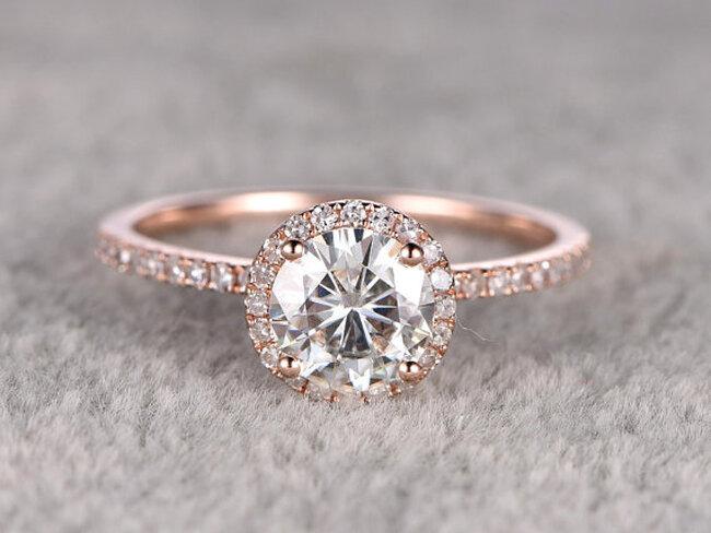 Oryginalny pierścionek zareczynowy z Etsy.com. Autor: Zhedora