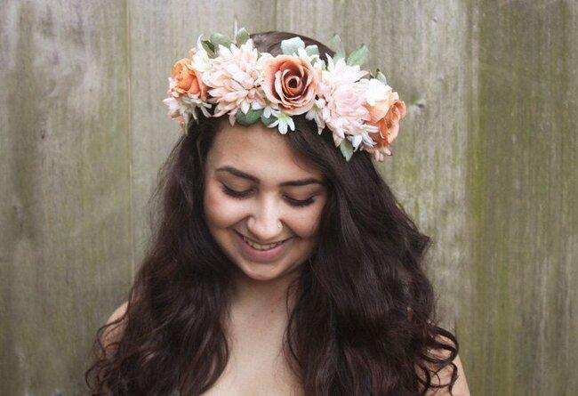 Coroncine di fiori per acconciatura sposa.Foto: Bloom Design Studio