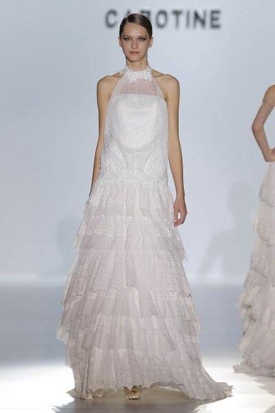 Vestido de novia 2014 con cuello cerrado, escote ilusión, hombros descubiertos y volúmenes en la falda
