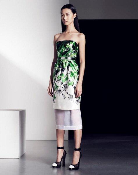 Vestido de fiesta en color blanco con estampados en tonos verde, cinturón y transparencias en la falda
