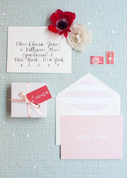 Sobre para invitaciones de boda en color rosa pastel con rayas - Brklyn View Photography