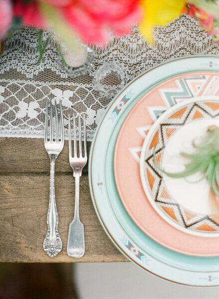 Vajilla para boda 2015 en colores originales y estampados geométricos - Bryce Covey Photography