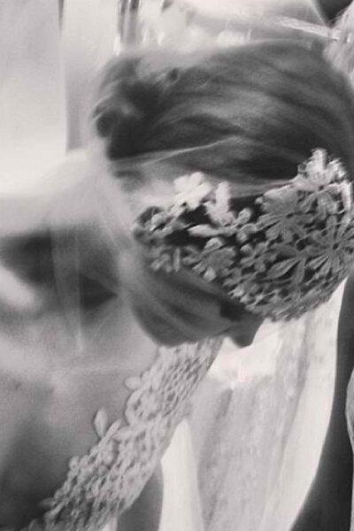 Chignon avec un voile de dentelle et tulle, à accorder avec le design de la robe, de Reem Acra. Photo: Reem Acra