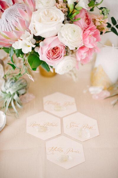Hochzeits-Dekoration: Tischdekoration in Form von Waben