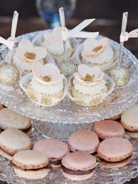 Muffins y macarons de postres para el banquete de tu boda - Sandoval Studios Photography