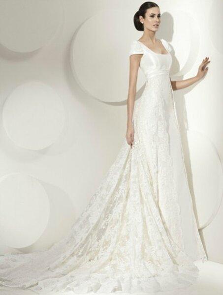 Vestido de novia corte princesa con manga corta, escote cuadrado, cola de encaje
