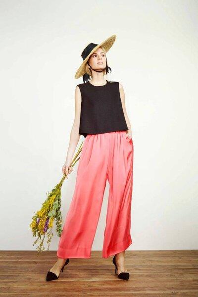 Pantalón de fiesta color coral con camisa en color negro - Kolonaki