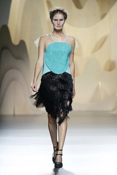 Conjunto de falda corta con flecos y top azul turquesa.