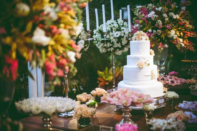 Hochzeitstorte Weiß Grün : Romantik pur: Hochzeitstorte in Weiß mit ...