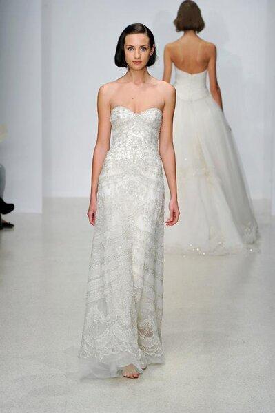 Vestido de novia largo con corte simple, escote strapless y detalles metálicos en la tela