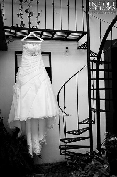 Bodegón con vestido de novia en blanco y negro