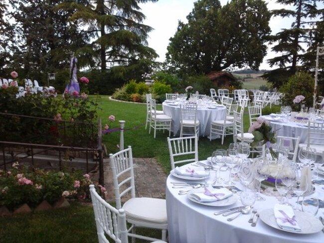 Decorazioni: tavoli e sedie color panna con dettagli lilla e viola