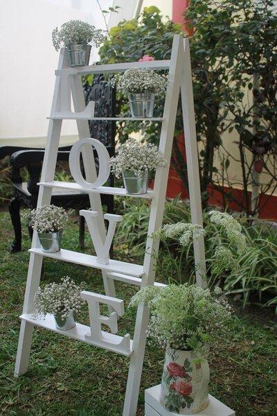 El mobiliario en blanco con flores silvestres.
